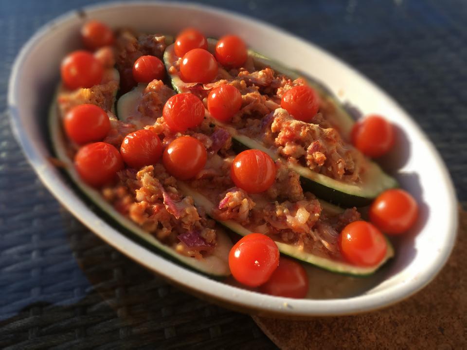 Ostegratinerte squash med kjøttfyll og ovnsbakte cherrytomater